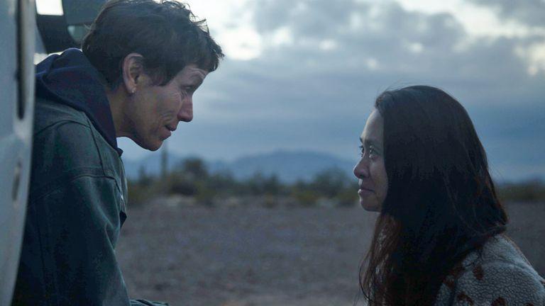 Frances McDormand y Chloé Zhao en el set de Nomadland.
