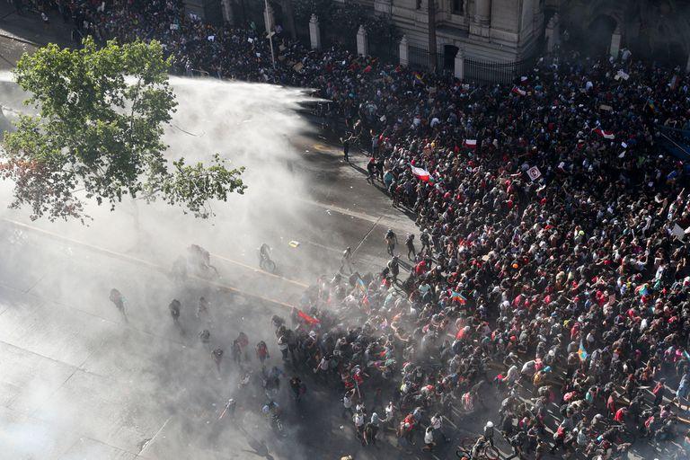 Los enfrentamientos se produjeron en la capital, frente al palacio de La Moneda, pero también en Valparaíso y Concepción