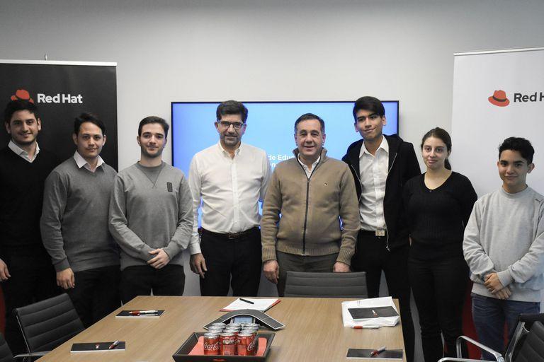 Sebastián Biagini de Red Hat y el ministro de Educación Alejandro Finocchiaro junto a los estudiantes que participan en el programa Campus Puro Código