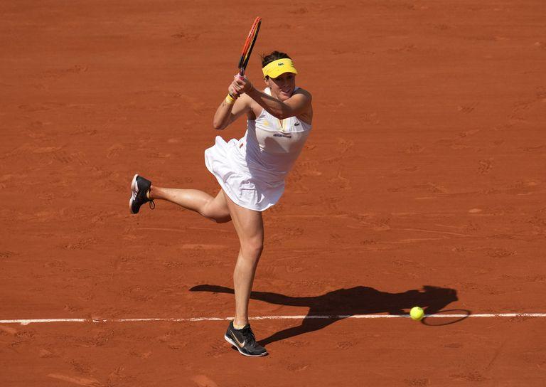 La rusa Anastasia Pavlyuchenkova contesta la pelota a la kazaja Elena Rybakina en los cuartos de final de la rama femenina del torneo de tenis Abierto de Francia en el estadio Roland Garros, en París, el martes 8 de junio de 2021. (AP Foto/Christophe Ena)