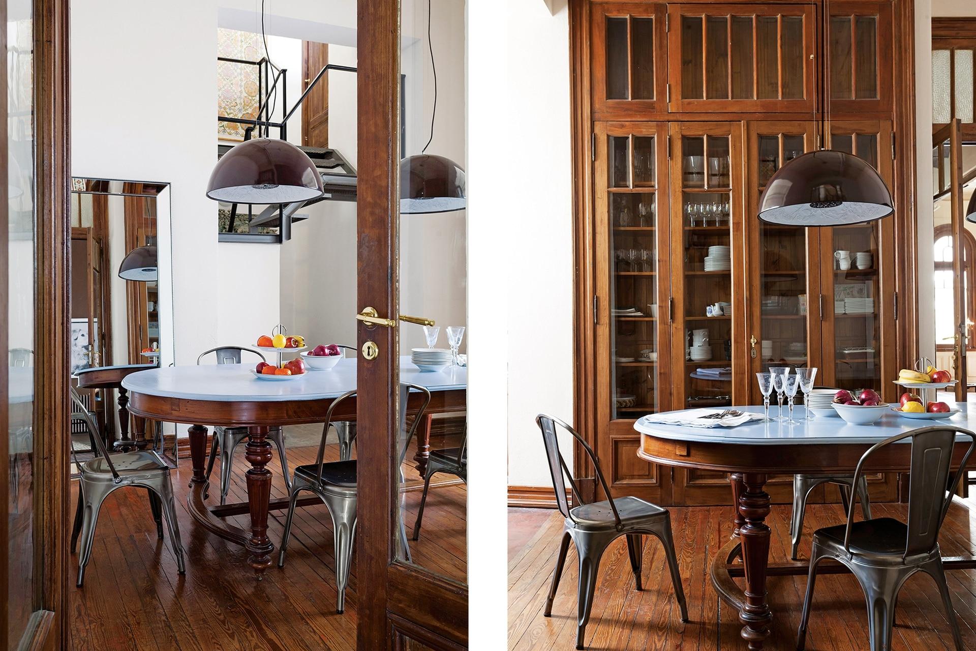 Mesa con tapa pintada de celeste (Muebles Vieja Estación). Sillas 'Tólix' (Mercado Libre). Lámpara colgante (Alibaba).