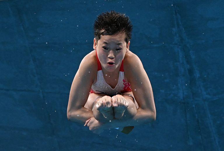 Quan Hongchan, en el evento final de clavados de plataforma de 10 metros para mujeres durante los Juegos Olímpicos de Tokio 2020