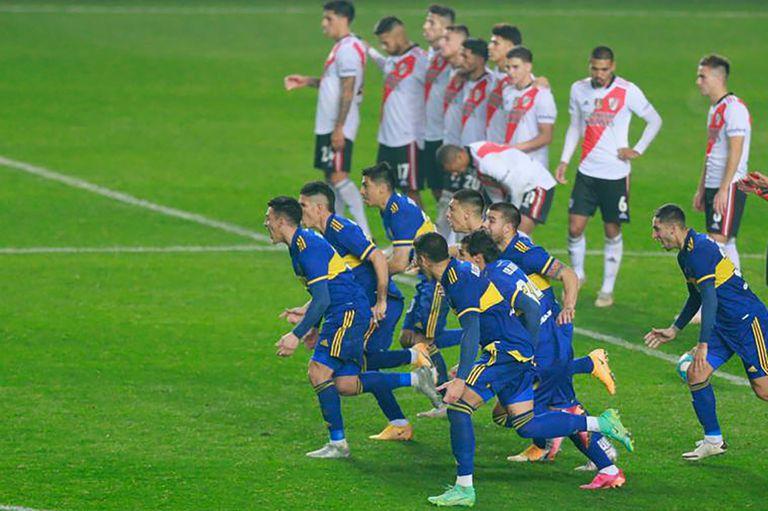 Las dos caras de la definición: los jugadores de Boca corren a abrazar a Carlos Izquierdoz, autor del gol decisivo; los de River lamentan la derrota.