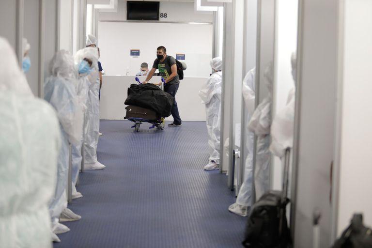 Un turista del vuelo AM 28 de Aeroméxico ingresando al centro de testeos dentro del aeropuerto de Ezeiza