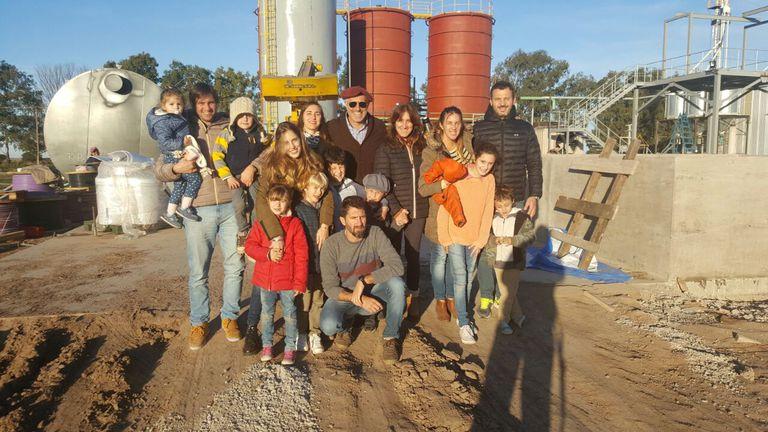 Los cinco hermanos y socios Aguilar Benitez con sus familias, detrás en plena construcción de la planta de alcohol