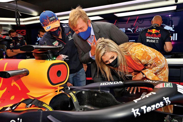Los Reyes en boxes junto al piloto neerlandés Max Verstappen, que logró la victoria