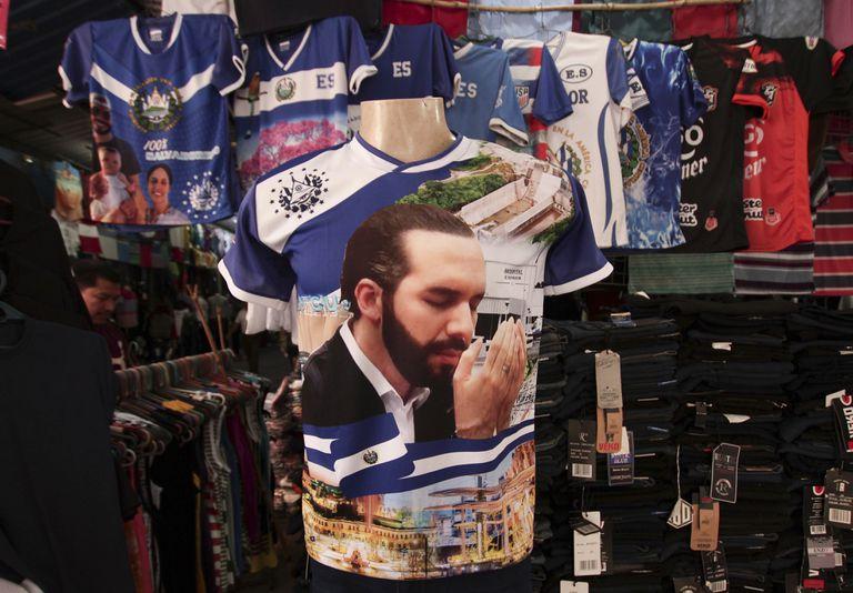 Una remera con la imagen del presidente de El Salvador