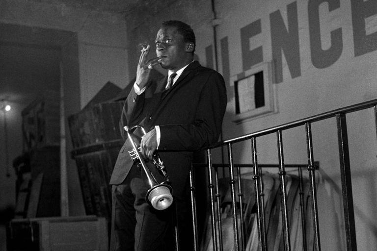Testimonios de parejas, amigos y músicos consagrados permiten delinear el perfil sinuoso de un artista contradictorio como Miles Davis