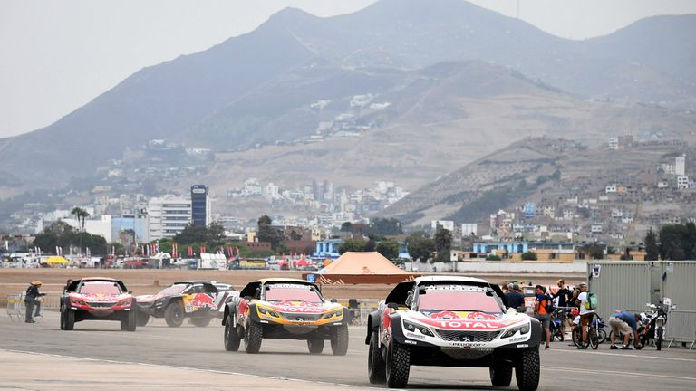 Los Peugeot, favoritos, en el Pentagonito, donde ayer se efectuó la revisión técnica en Lima