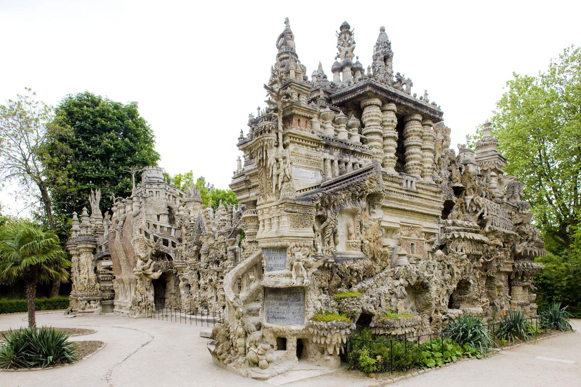 Ferdinand quería ser enterrado en el palacio el día que muriera, pero eso estaba prohibido en Francia, por entonces ya era un anciano y tenía 78 años
