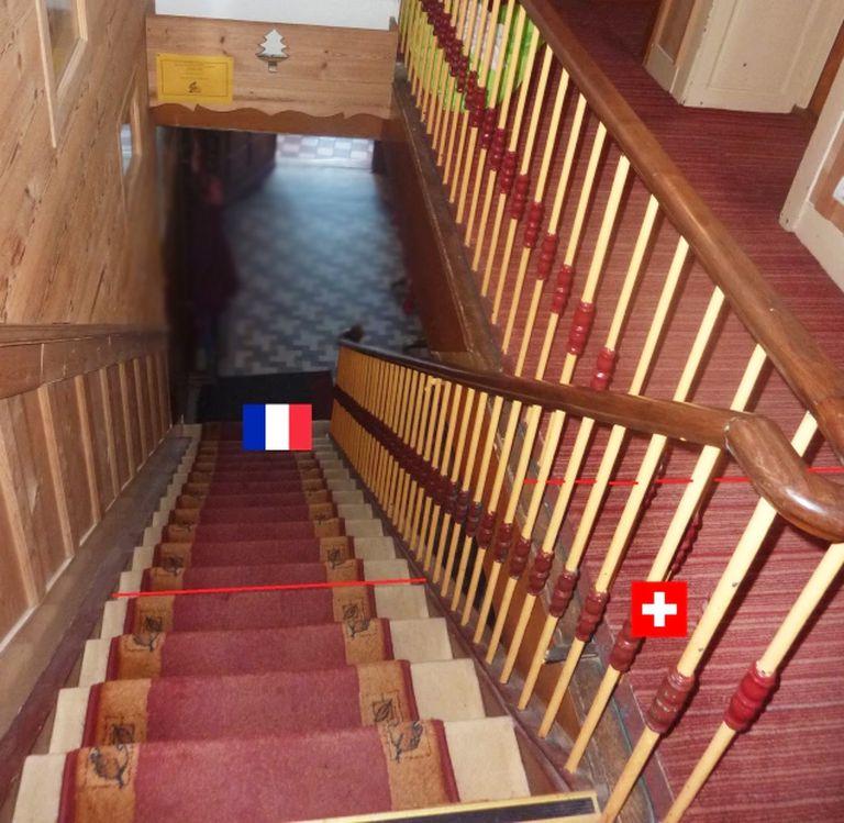 Escaleras abajo es Francia, y subiendo unos escalones más se considera territorio suizo