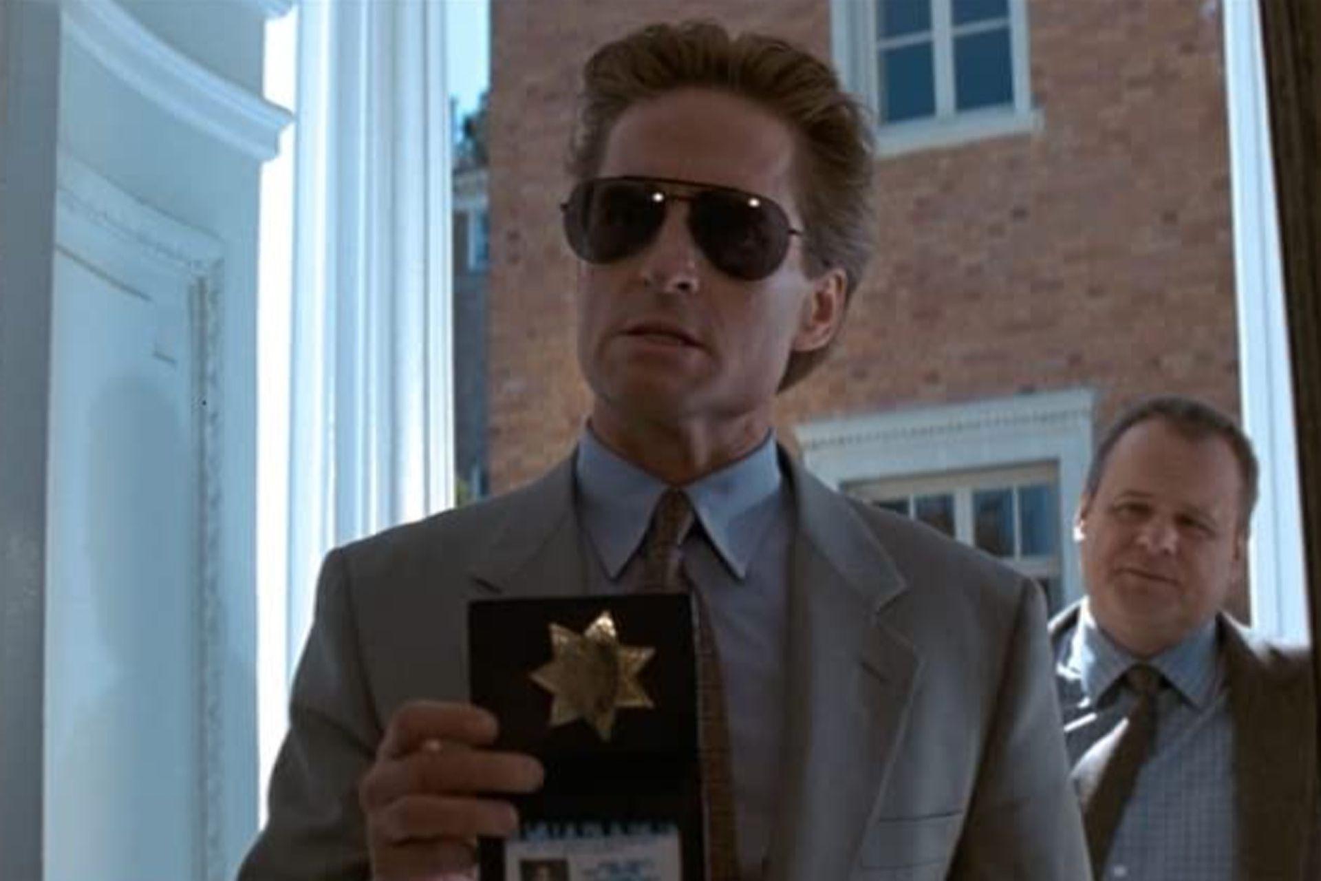 Michael Douglas como el detective Nick Curran, en el film Bajos instintos