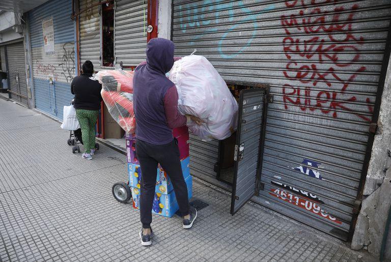 Coronavirus en la Ciudad: los comercios de Once volvieron a abrir sus persianas