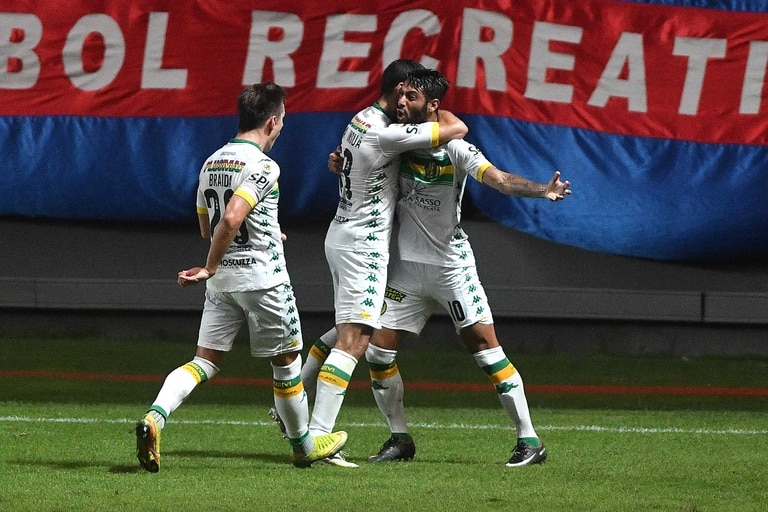 Francisco Grahl (10), festeja el primer gol de Aldosivi de Mar del Plata que enfrenta a San Lorenzo en el Nuevo Gasómetro por la sexta fecha de la Copa de La Liga.