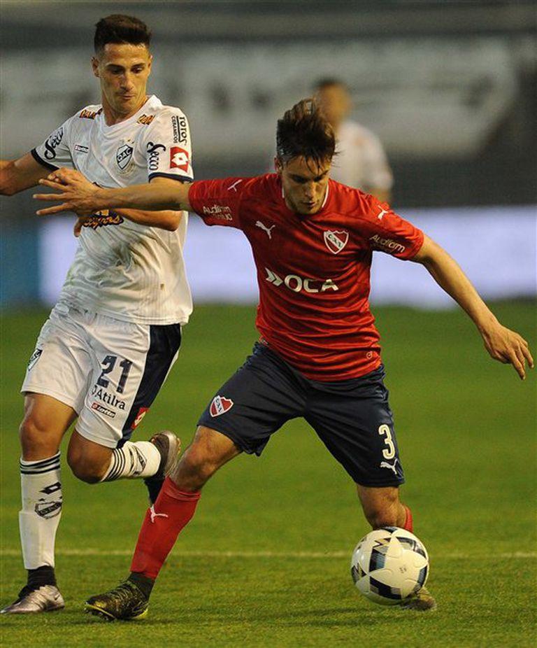 Tagliafico, que dio la asistencia para el gol de Rigoni, controla la pelota ante Da Campo