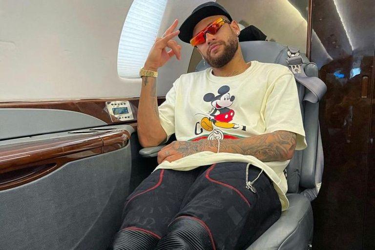 """Cómo es el impresionante helicóptero """"a lo Batman"""" de Neymar"""