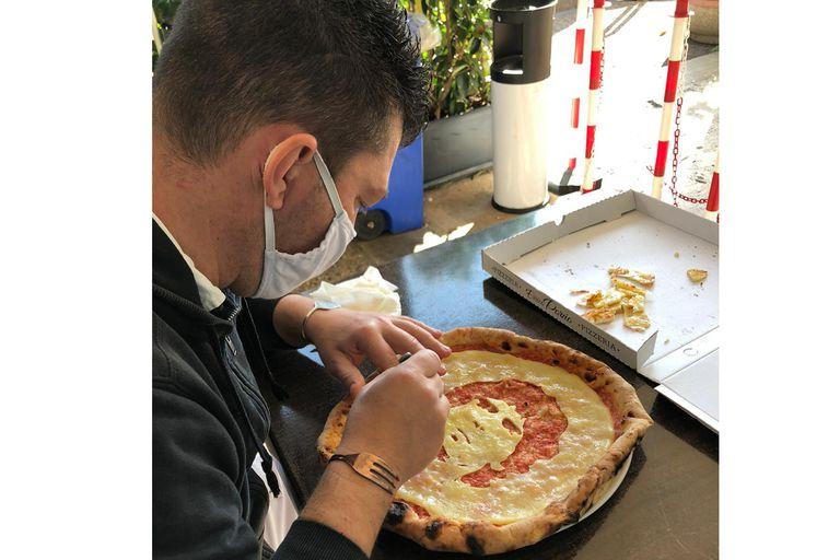 El pizzero napolitano Errico Porzio dice que a la técnica para crear el retrato de Maradona en salsa la trabajó en el tiempo