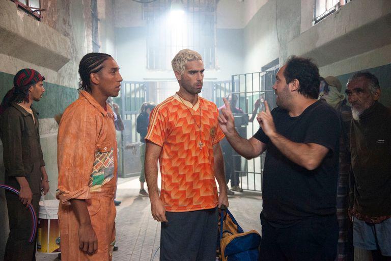 El director, Alejandro Ciancio, da indicaciones a Nicolás Furtado y a Emanuel García durante el rodaje en la cárcel