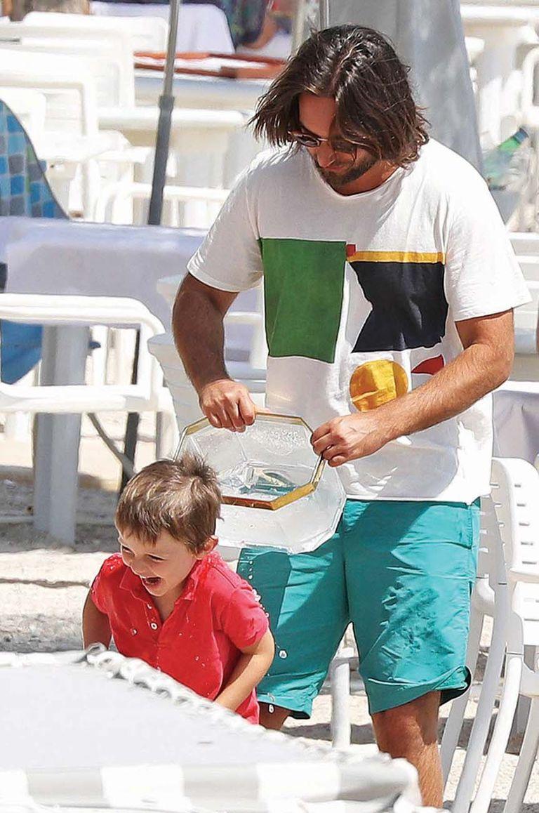 Dimitri es hijo de la diva del cine francés Carole Bouquet, que es íntima de toda la vida de Carolina de Mónaco. Por eso el productor cinematográfico fue muy bienvenido en la familia desde un primer momento. La complicidad que muestra con el hijo de su novia.