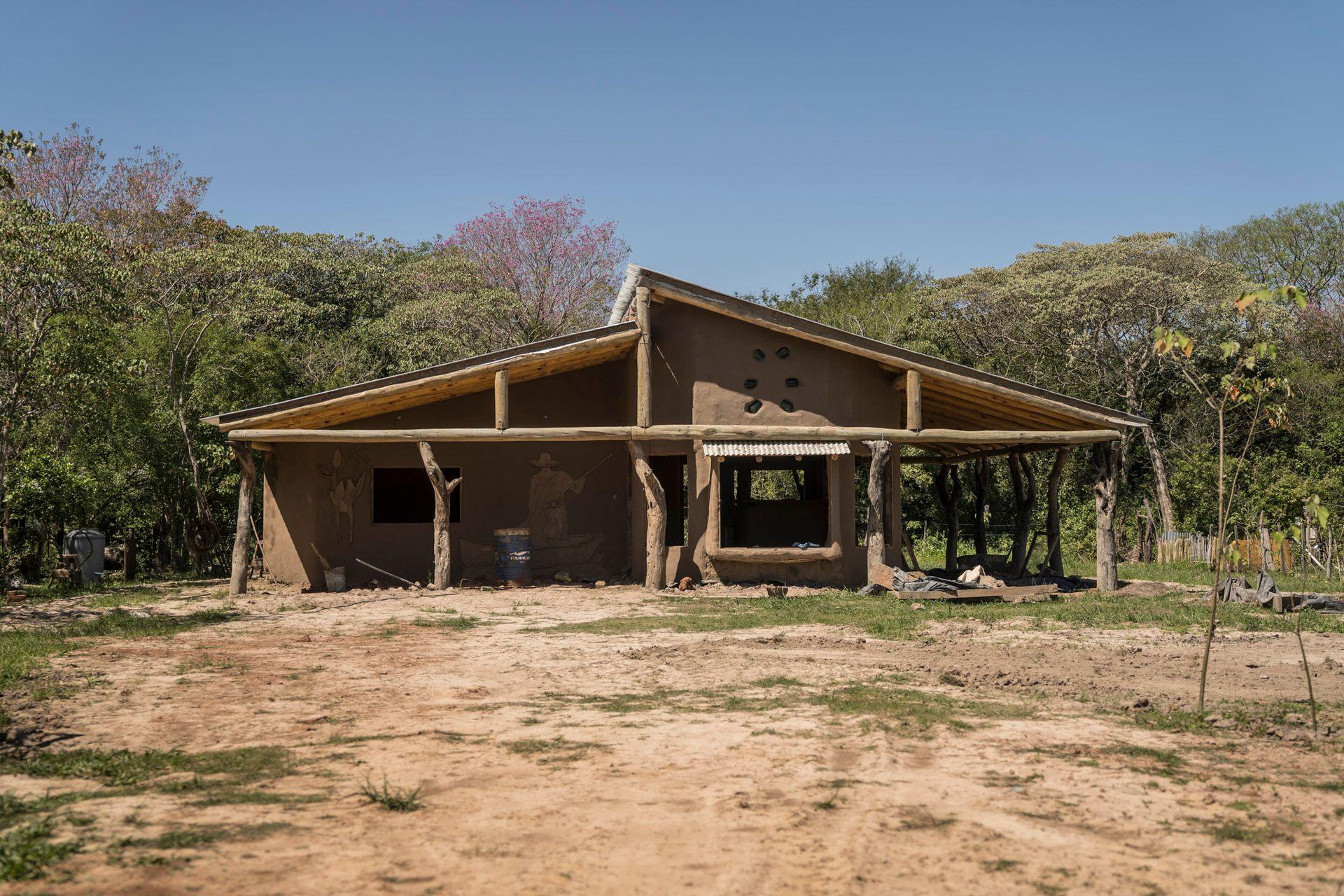 Frente de la casa de barro que la viceintendenta de Pellegrini construye con su pareja.