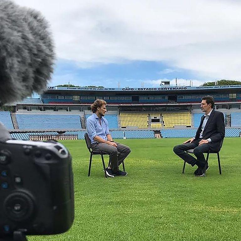Entrevistando a Diego Forlán en el mítico estadio Centenario.
