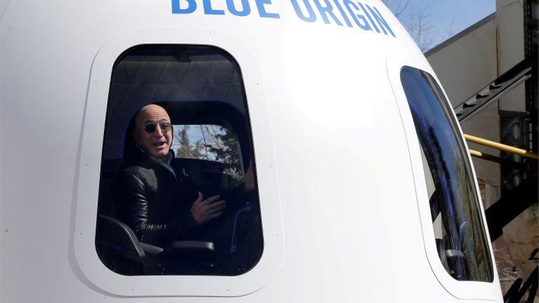 Bezos en una nave espacial construida por su compañía Blue Origin.