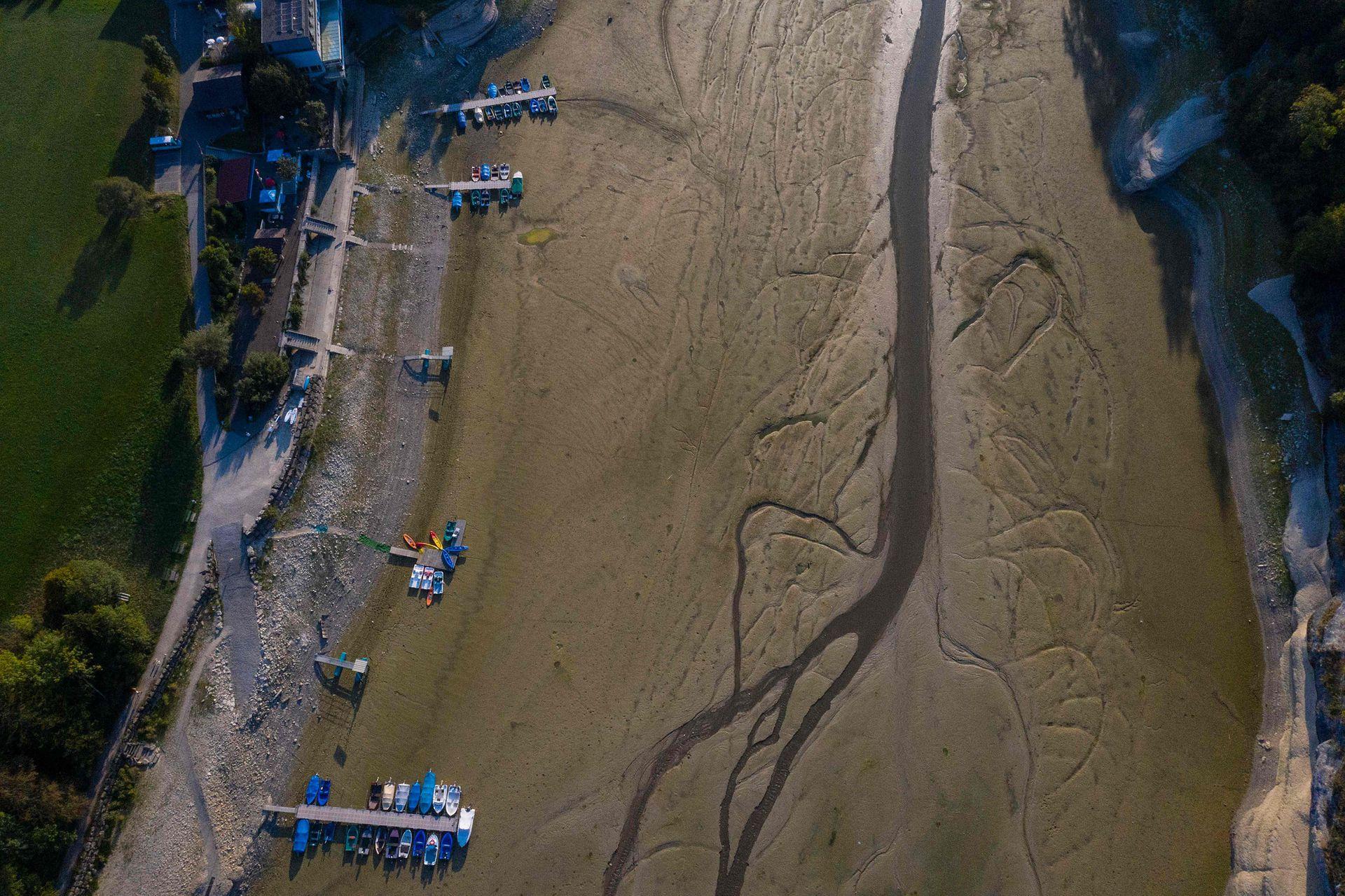 Inundaciones por un lado y sequía por el otro, los eventos climáticos son cada vez más violentos; en septiembre del 2020 el río Doubs en Villers-le-Lac, este de Francia, dejó cientos de barcos varados en las orillas