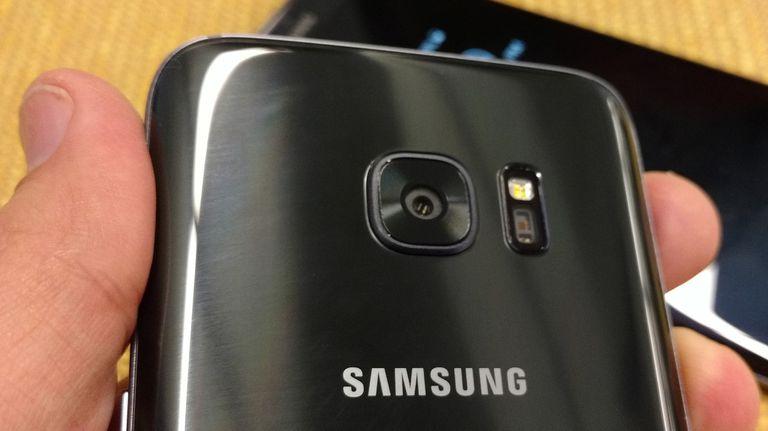 La cámara de 12 megapixeles tiene excelente sensibilidad con poca luz; junto a la lente, el flash y el monitor de ritmo cardíaco
