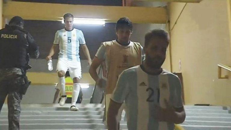 Los jugadores ingresan con las camisetas de la selección argentina
