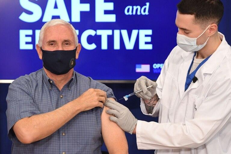 Mike Pence recibió la vacuna contra el coronavirus en un acto público