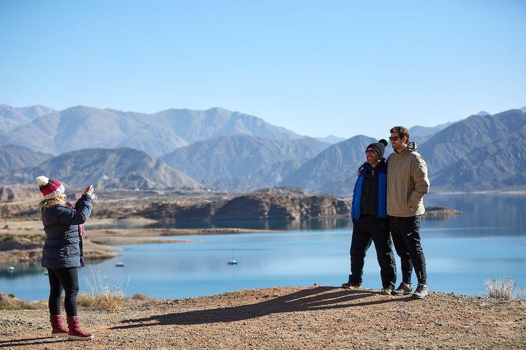 A falta de nieve, los turistas optan por recorrer las localidades cordilleranas de Mendoza