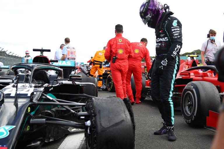 Lewis Hamilton observa el desintegrado neumático delantero izquierdo, tras ganar en el Gran Premio de Gran Bretaña 2020, en Silverstone; la Fórmula 1 se presentará en cuatro fechas en el Reino Unido y Pirelli no desea repetir la desafortunada experiencia del año pasado