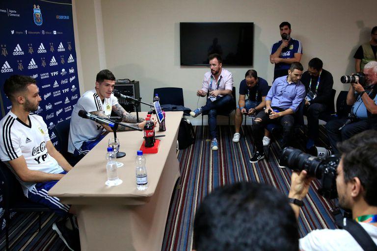 Los jugadores brindando la conferencia de prensa.