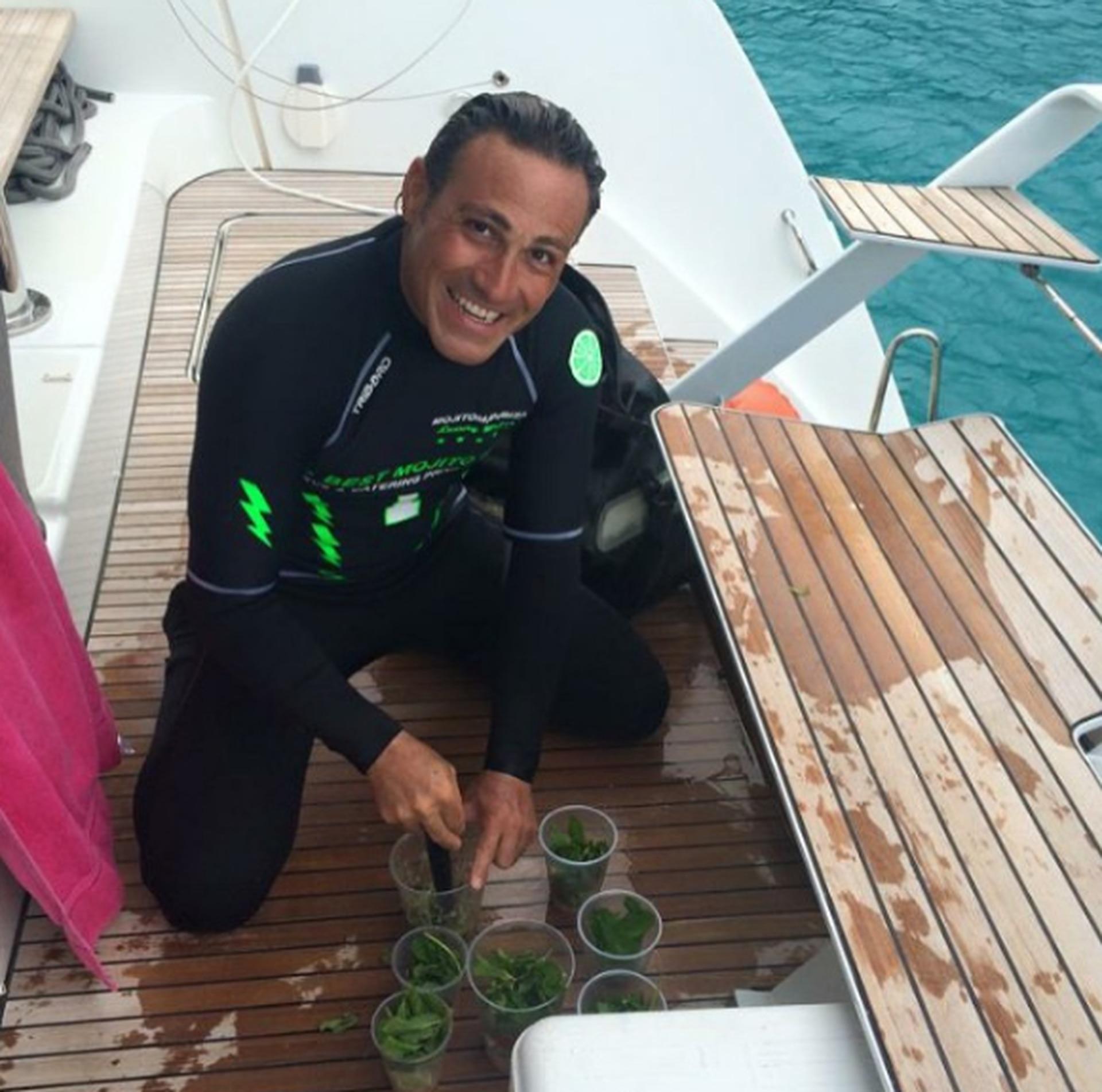 Cuando los navegantes quieren comprar sus mojitos, Ariel sube a la embarcación y los prepara en el lugar