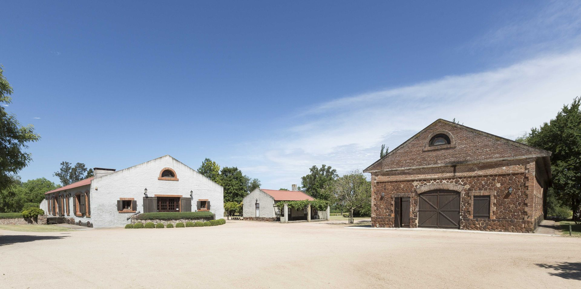 Vista actual de las instalaciones de la bodega que funciona dentro de una estancia que en el siglo XVIII albergó a una comunidad jesuita