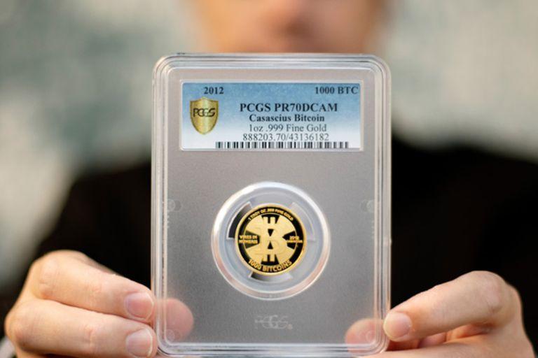 Hace una década compró una moneda de oro de 28 gramos con una denominación de 1000 bitcoins por 4.905 dólares y ahora vale 48 millones