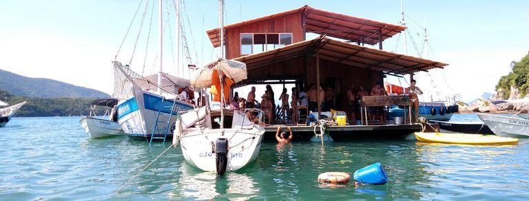 Es cordobés y tiene un bar flotante en una de las playas más lindas del mundo