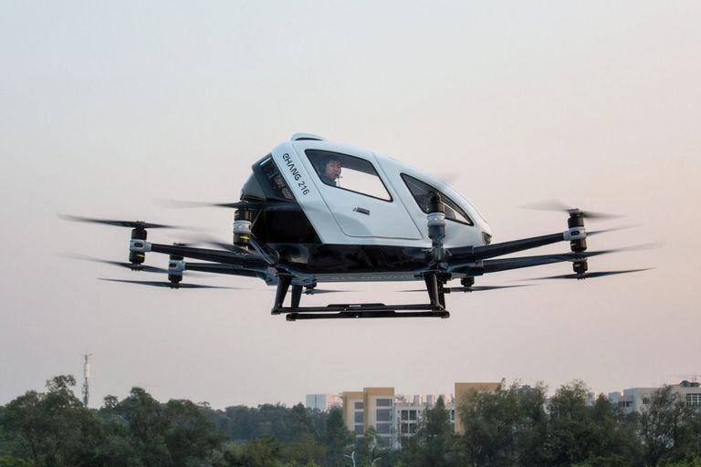 El biplaza EHang 216 está pensado para trayectos cortos, con una autonomía de vuelo de 21 minutos y una velocidad de 100 km/h