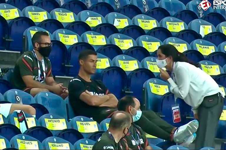 El portugués Cristiano Ronaldo se sienta junto a los suplentes del equipo en las gradas durante el partido de fútbol de la Liga de Naciones de la UEFA entre Portugal y Croacia en el estadio Dragao en Oporto, Portugal