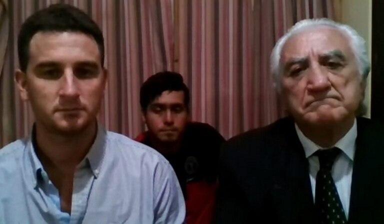 Emilio Agú y su padre Hernán, exdiputado provincial y productor en la audiencia de imputación; atrás el peón  Leonardo Fabio Balzaretti