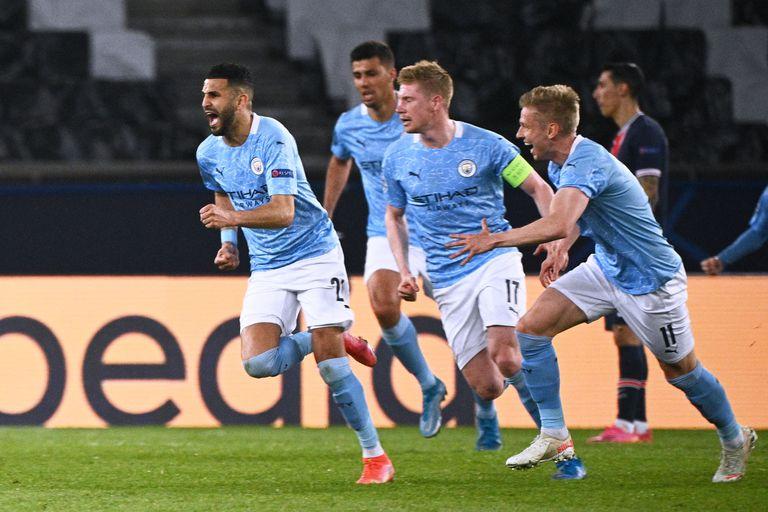 El argelino Riyad Mahrez coló un tiro libre entre Leandro Paredes y Marquinhos y Manchester City celebra el gol del 2-1 en París.