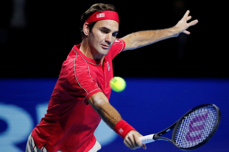 Federer le dio una clase en tres golpes a Tsitsipas y quiere el 10° en Basilea
