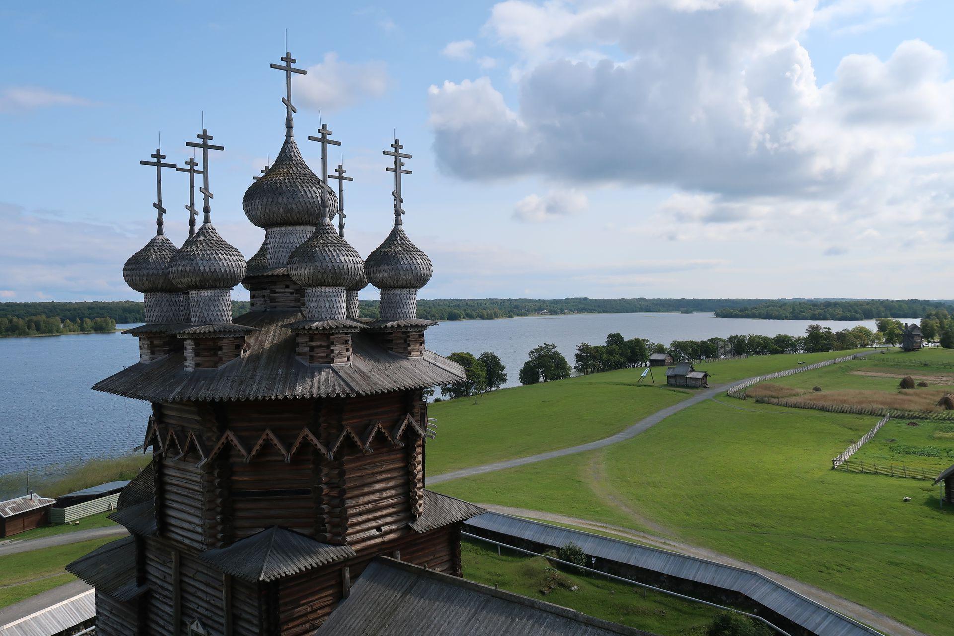 Iglesia de la Intercesión de la Virgen, una de las 80 estructuras históricas de madera que alberga la isla de Kizhi.