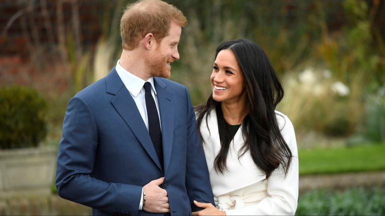 El príncipe Harry y Meghan Markle en su primera foto oficial como pareja, en los jardines del palacio de Kensington