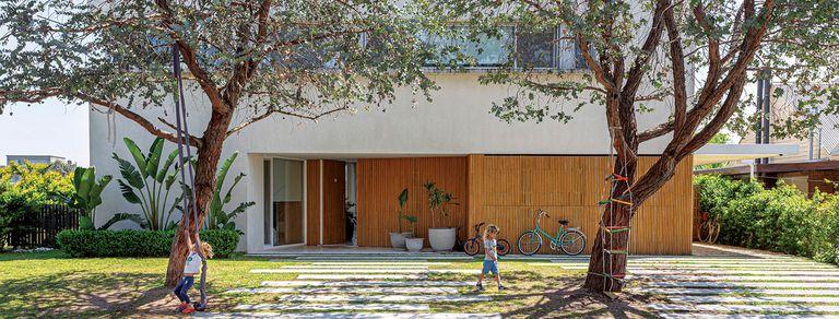 Huella noble. La madera marca el rumbo de la deco en una casa amplia y funcional