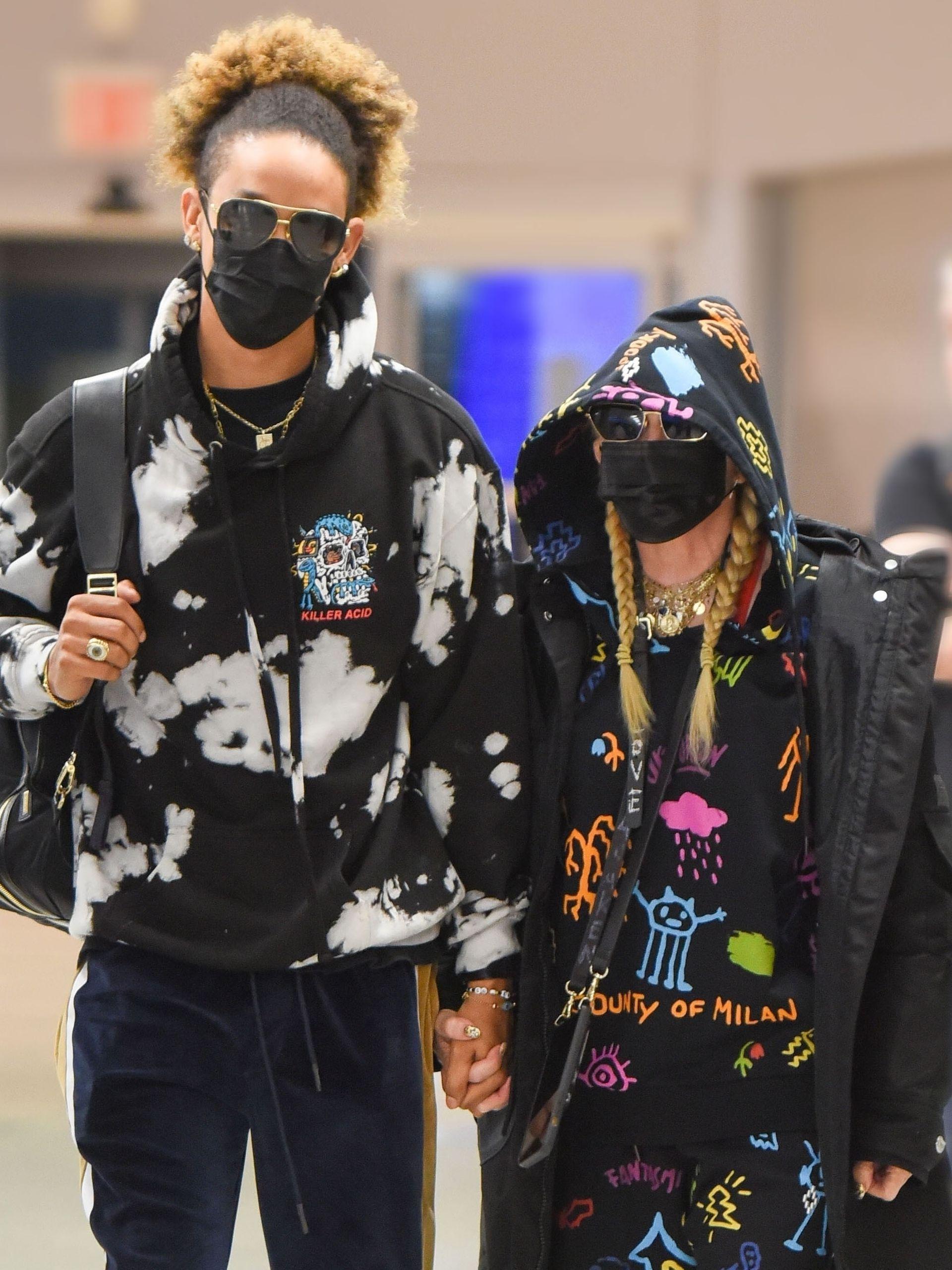 Madonna y su novio, el bailarín Ahlamalik Williams, por emprender un viaje en el aeropuerto JFK donde buscaron pasar inadvertidos