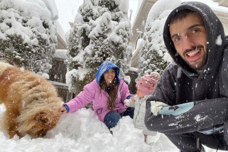 Facu Campazzo y Consu Vallina disfrutan de la nieve en familia. Crédito: Instagram