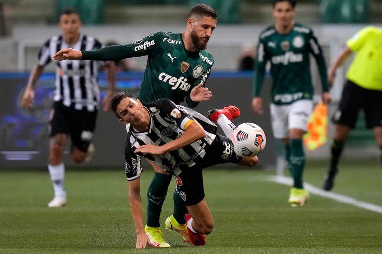 Ze Rafael e Ignacio Fernández, durante el partido semifinal de la Copa Libertadores entre Palmeiras y Atlético Mineiro