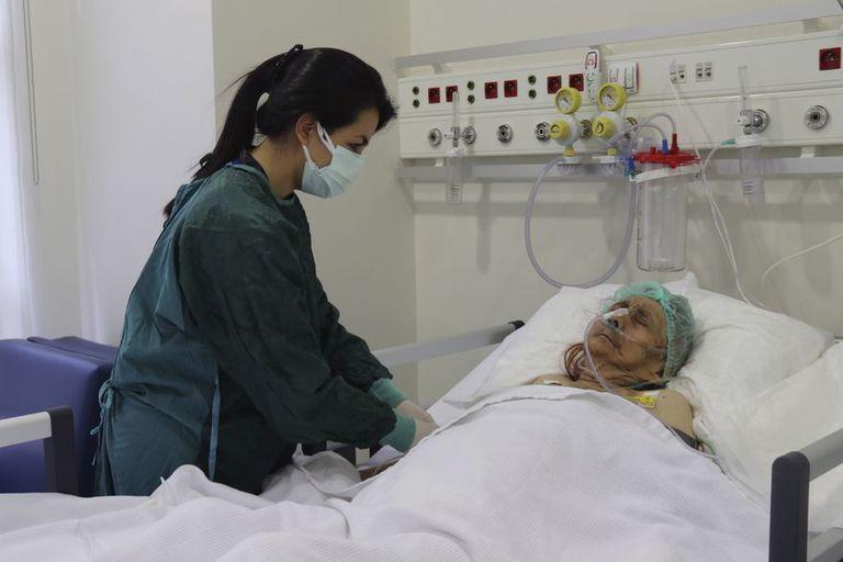 Una enfermera monitorea a Ayse Karatay en el Hospital Municipal de Eskisehir, Turquía. (IHA via AP)