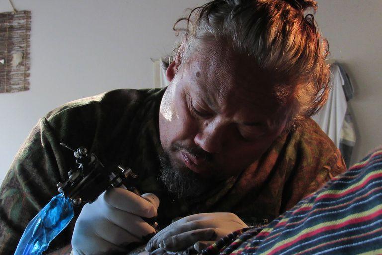 Moi, experto en tā moko o tatuaje tradicional maorí.